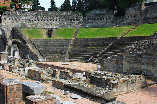http://italia-ru.com/files/teatro_romano_0.jpg