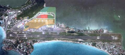 Аэропорт принцессы Джулианы.Самолёты заходят на посадку слева.Иллюстрация с сайта pjiae.com